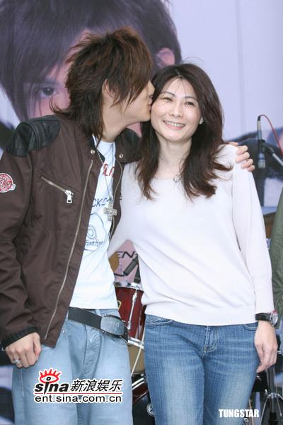 5月15日最酷男星:陈奕母亲节举行庆功签唱会