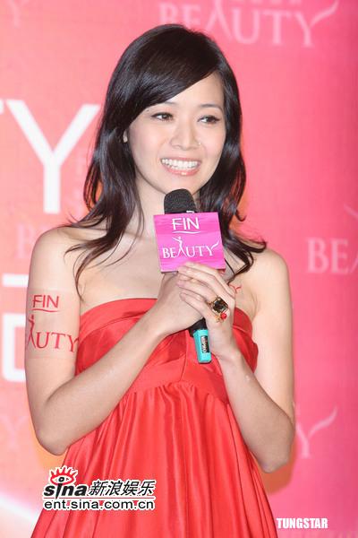 8月4日最美女星:美女主播侯佩岑粉嫩裙装代言