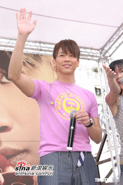 8月7日最酷男星:陶�葱伦�辑签唱会与歌迷合唱