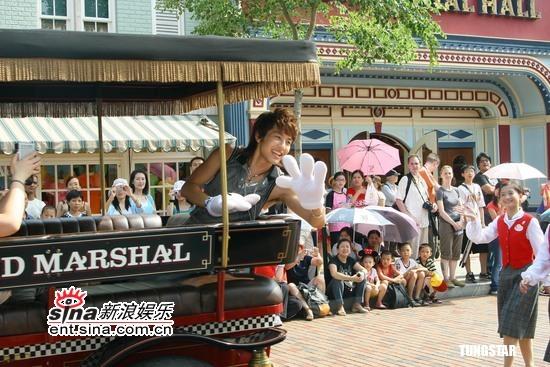 8月16日最酷男星:SE7EN酷热天气玩转迪士尼