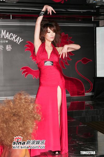 12月01日时尚关键词--大红开叉长裙