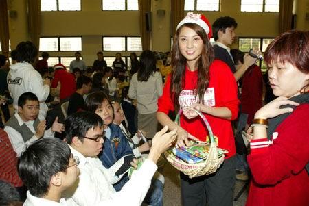 组图:亮丽Twins红衣红帽好似美女版圣诞老人