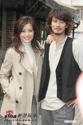 组图:容祖儿大热天穿大衣与日本男模拍广告
