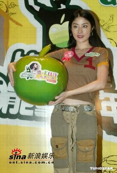 组图:陈慧琳庆中秋卖月饼百密一疏差点走光