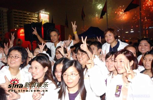 组图:维港烟花汇演贺十一黄伊汶余文乐避绯闻