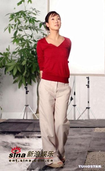 组图:林忆莲代言护肤品广告片场做醉鸡秀厨艺