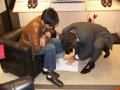 组图:梁朝伟接受名鞋Ferragamo量身做鞋模