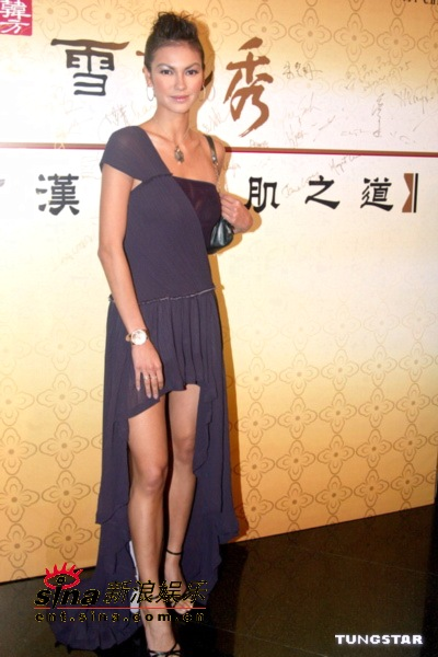 图文:新亚姐及蒋怡等众美女性感出席开幕晚宴(13)