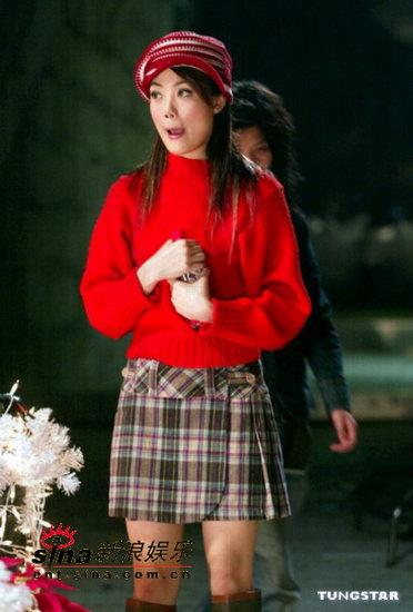 组图:容祖儿够节省穿去年破旧红衣拍摄广告