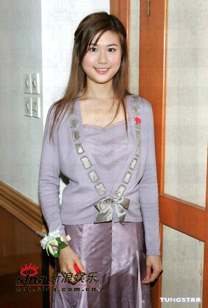 组图:2004年香港小姐冠亚季军低胸装出席晚宴