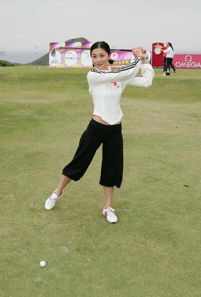 组图:陈百祥苗侨伟周丽淇等出席高尔夫球赛