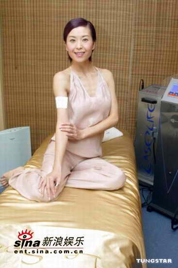 组图:伍咏薇拍广告吊带礼服展现女性妩媚