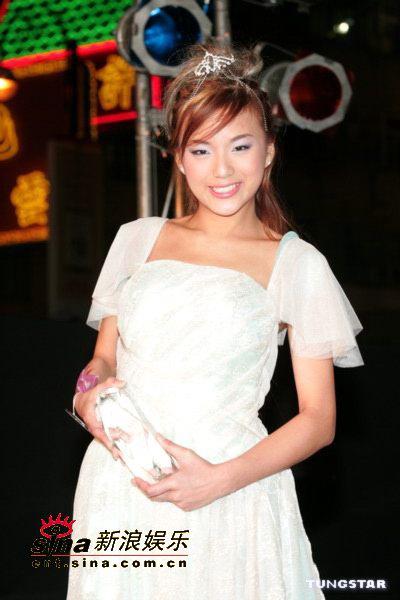 组图:陈慧琳亮相决赛现场白色吊带裙艳压全场