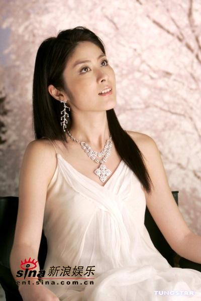 组图:陈慧琳拍广告与男主角肌肤接触很是享受