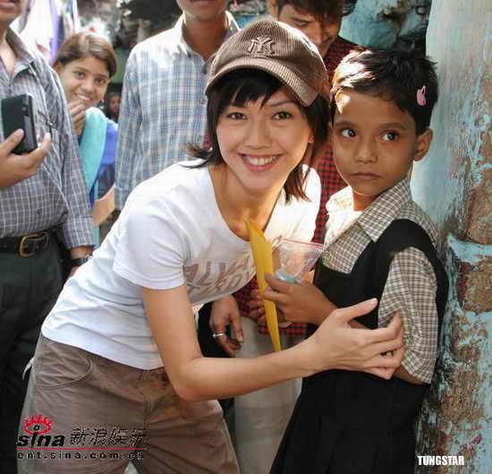 组图:孙燕姿结束探访印度将与好友一起帮贫童