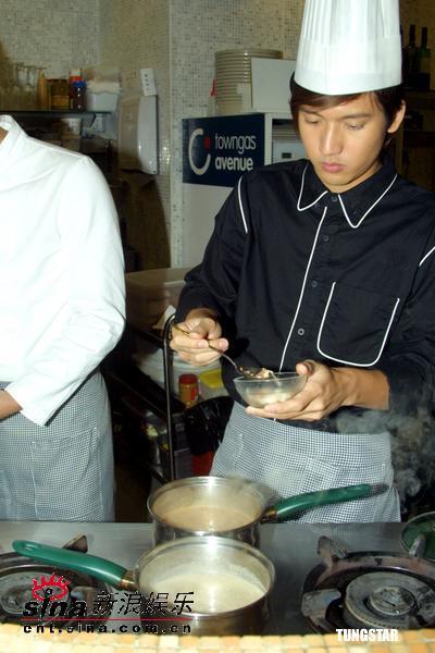 图文:Boy'z变花样大闹厨房现场学做圣诞蛋糕(1)