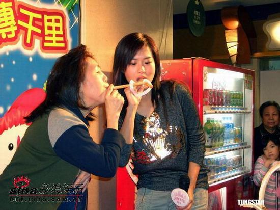 组图:刘浩龙董敏莉与Fans嘴对嘴玩游戏迎圣诞