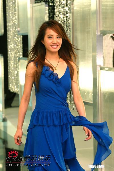 组图:蔡依林为金饰代言蓝色长裙显露小女人味