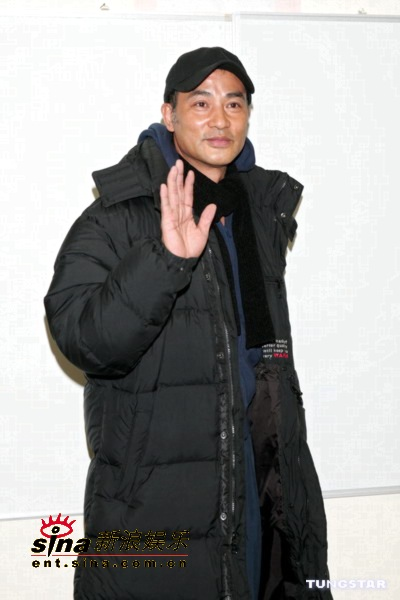 图文:香港演艺圈人士为海啸灾区募捐-任达华
