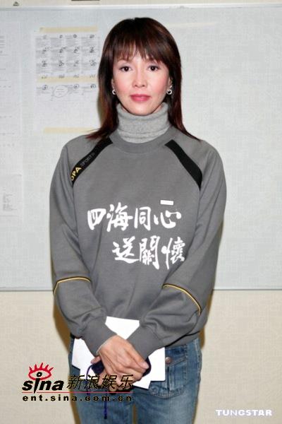 图文:香港演艺圈人士为海啸灾区募捐-郑裕玲