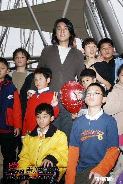 组图:朱孝天热心公益陪孤儿坐摩天轮过生日