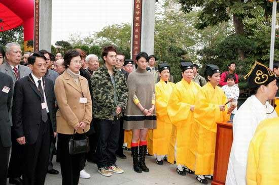 组图:Boy'z、郑希怡出席悼念海啸死难者活动