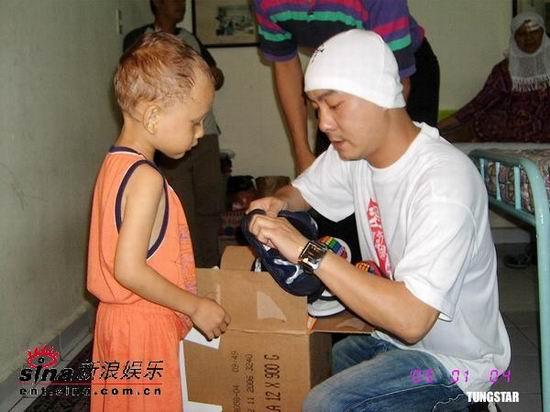 组图:张伟健张柏芝探访南亚灾区献爱心大行动