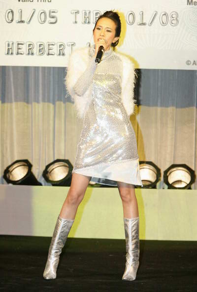 组图:莫文蔚出席发布会银色紧身裙展现曲线