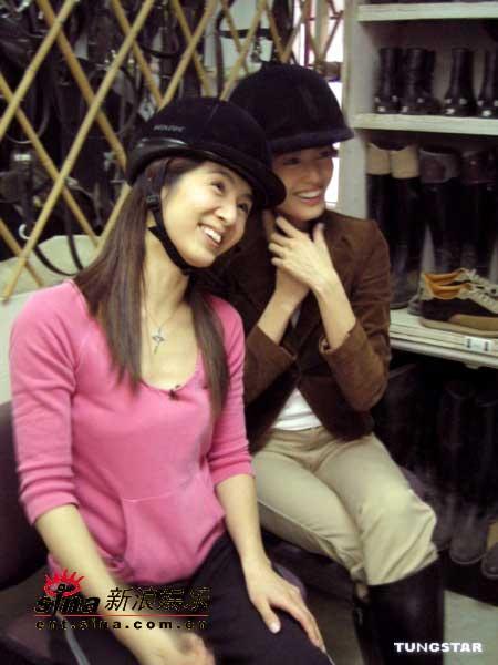 组图:梁咏琪、杨采妮赛马场上显骑士英姿