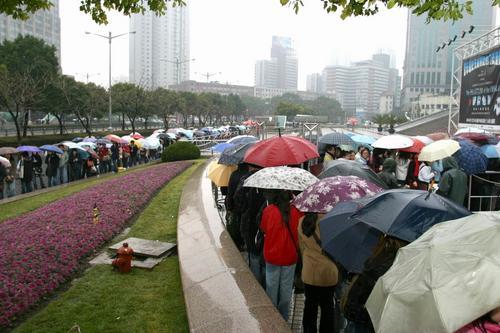 组图:五月天上海举办签售会数千歌迷冒雨前往
