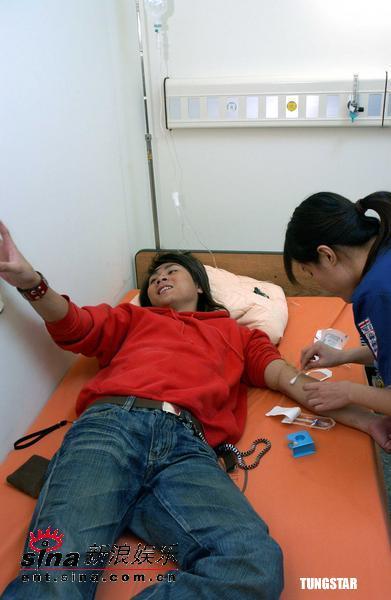 组图:王仁甫重感冒到医院打点滴紧张至流汗