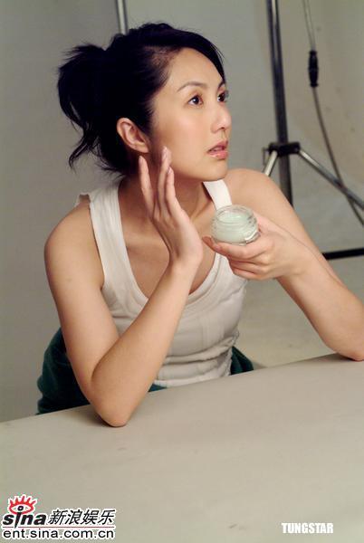 组图:杨千�门纳慊�妆品广告歌迷送来玩具