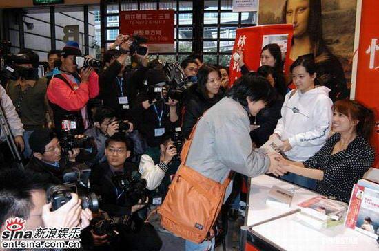 组图:林志玲台北举办签书会吸引大批粉丝前往
