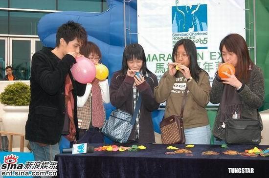 组图:余文乐张敬轩等出席某活动开心吹起气球
