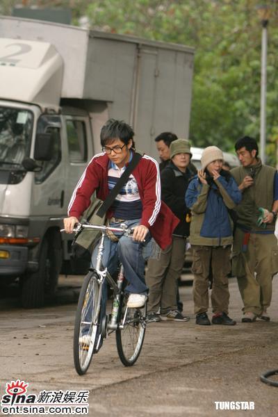 组图:周杰伦学生打扮骑自行车拍摄化妆品广告