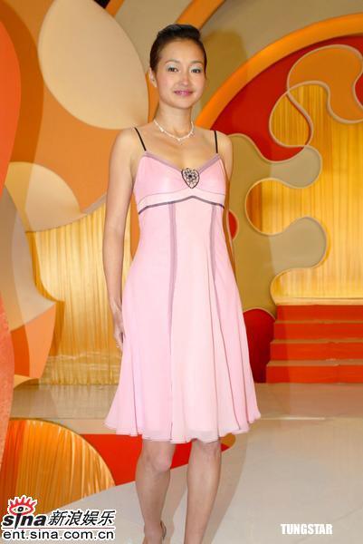 组图:李绮虹产后成功瘦身穿粉红色吊带裙录影
