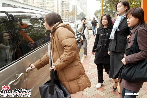 组图:应采儿一身黑衣亮相法庭接受藏毒案问讯