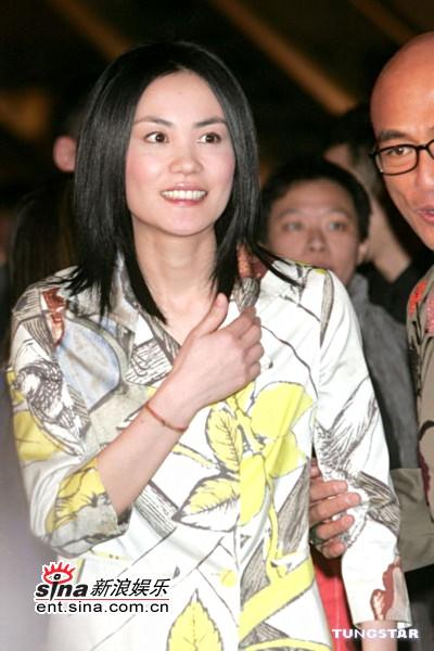 组图:王菲MaggieQ香港出席酒会不谈婚事传闻