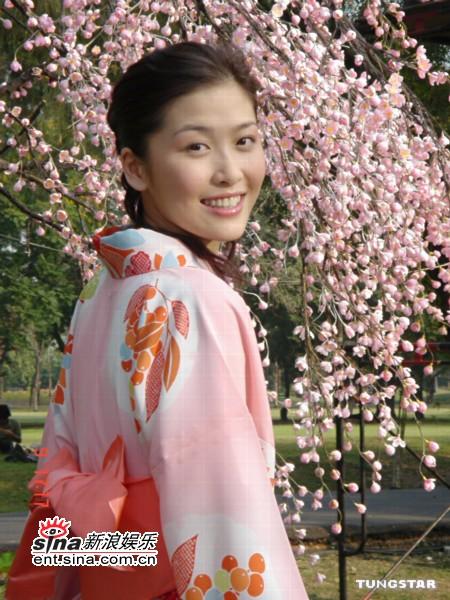 组图:周丽淇日本拍广告好惬意看樱花洗橘子浴