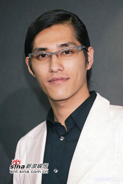 """组图:蓝正龙杨千霈帅哥美女都做""""眼镜人"""""""