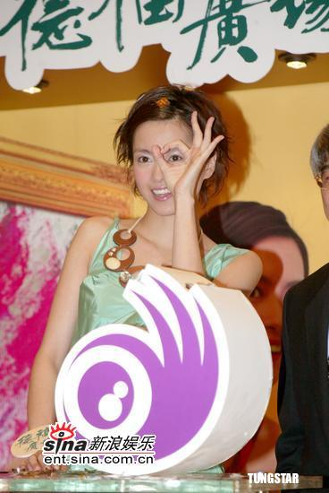 组图:梁咏琪绿色及地长裙出席商场代言活动