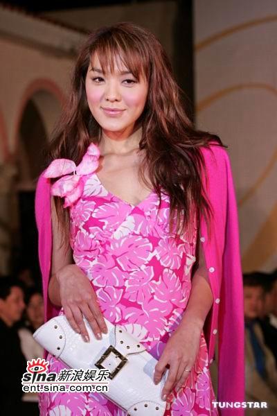 组图:官恩娜MaggieQ走时装秀展新款春夏装