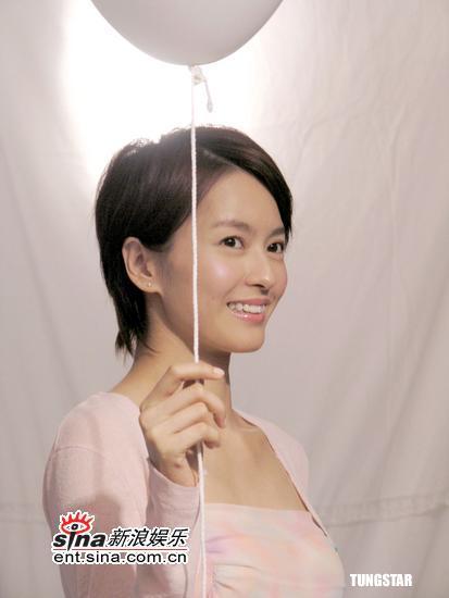 组图:梁咏琪拍护肤广告俏皮造型清新可爱