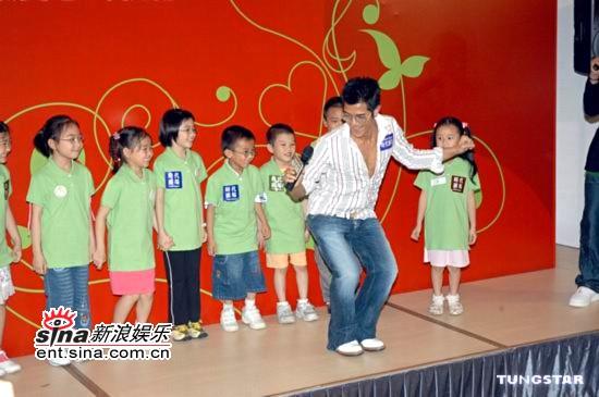 组图:郭富城简单帅气装扮参加母亲节活动