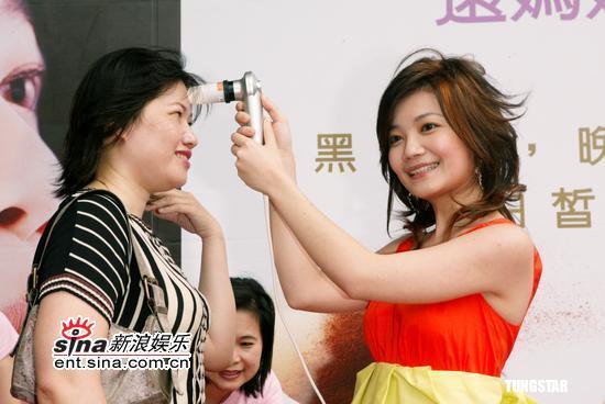 组图:梁静茹充当美容师为观众现场检测肤质