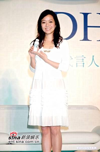组图:侯佩岑白色温柔装扮代言周杰伦同一品牌