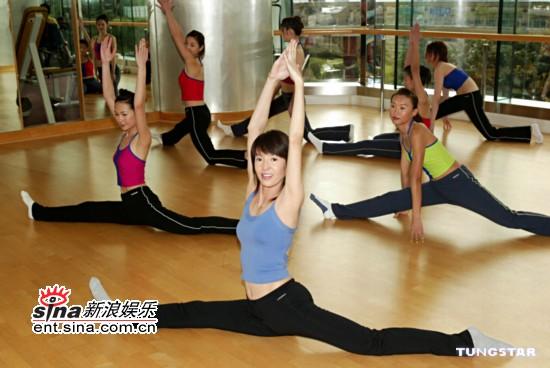 组图:郑裕玲携香港小姐入围佳丽拍摄宣传照