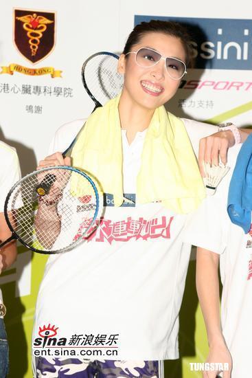 组图:卢巧音周丽淇参加羽毛球赛缺乏运动细胞