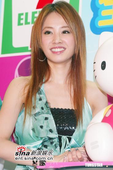 组图:蔡依林实现梦想开心对话Kitty机器人