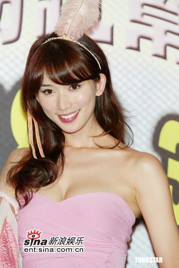 6月8日最美女星:林志玲头顶粉色羽毛穿露肩装